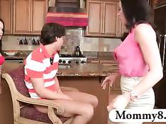 Мачеха Kendra Lust трахается с бойфрендом своей юной падчерицы