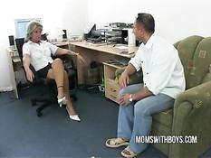 Зрелая начальница попросила парня раздеться и отодрать её в зад