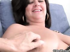 Мамочка с большими сиськами мастурбирует киску на порно кастинге