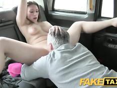Водитель такси оттрахал на заднем сиденье молодую пассажирку