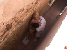 Мужчина оттрахал сексуальную блондиночку во дворе под деревом