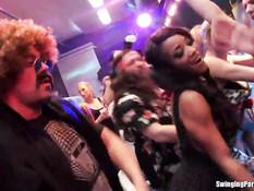 На вечеринке в секс клубе девушки занимаются сексом под музыку