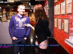 Красивая русская девка в чулках без трусиков гуляет по секс музею