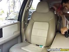 Молодая блондинка Dakota Skye сосёт водителю и ебётся в машине