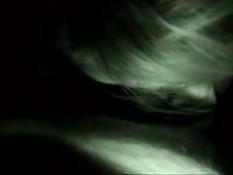 Греческая любительница в темноте отсасывает и лижет член парню