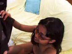 Индийская девушка в очках отсасывает член в любительском порно