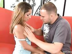 Мужчина отодрал на диване молодую грудастую девку Nicole Grey