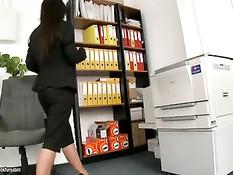 Мужик оттрахал в офисе горячую сисястую брюнетку Black Angelika