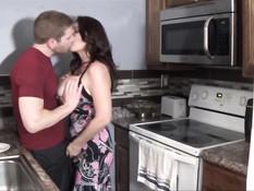 Грудастая брюнетка Charlee Chase трахается на кухне и в постели