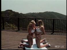 Две блондинки занимаются лесбийским сексом на открытой террасе