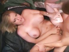 Блондинка с большой грудью на кровати ебётся с молодым парнем