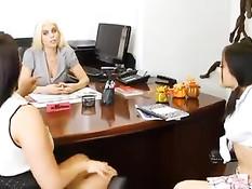 Секс лесбиянок Gabriella Paltrova, Britney Amber и MacKenzee Pierce