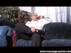Блондинка August Night делает эротический массаж и дрочит член