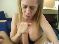 Горячая сиськастая жена показывает свои прелести и делает минет
