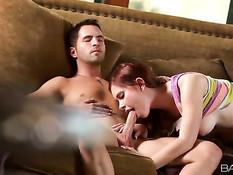 Рыжеволосая девка Melody Jordan делает минет своему бойфренду