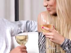 Блондинка Carla Cox пьёт с мужиком шампанское и получает сперму
