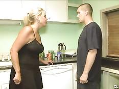 Строгая женщина заставила парня снять штаны и выдрочила сперму
