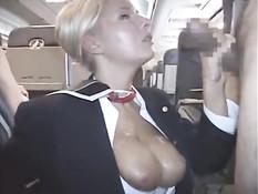 Стюардесса Riley Evans подрочила член и получила сперму на грудь