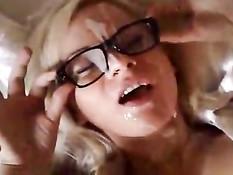 Блондиночка в очках дрочит член и получает свежую сперму в лицо