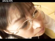 Японская студентка в очках становится на колени и отсасывает член