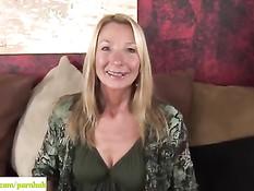 Пожилая блондинка Pam Roberts раздевается и мастурбирует киску