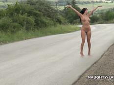 Русская женщина Naughty Lada голышом гуляет по обочине шоссе