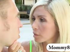 Похотливая блондинка Evita Pozzi и её падчерица затрахали парня