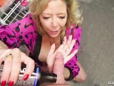 Пожилая блондинка намазала смазкой член и подрочила его руками