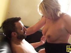 Светловолосая британская мамочка трахается с мужчиной в офисе