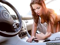 Голая девка Angel Rivas идёт по шоссе и мастурбирует в автомобиле