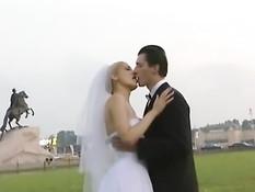 Развратная русская невеста дрочит и ебётся с парнями на лужайке