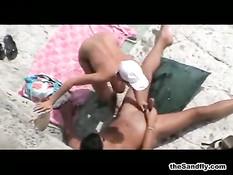 Скрытая камера снимает порно с занимающимися сексом на пляже