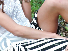 Сисястая девушка August Ames мастурбирует на улице на скамейке