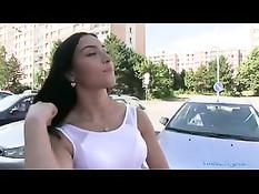 Молодая брюнетка отсасывает и трахается с пикапером в автомобиле