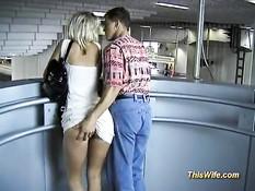 Похотливая немецкая блондинка сосёт и трахается в вагоне поезда