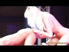 Стриптизёрши сквиртуют и занимаются сексом на сцене секс шоу