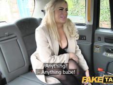 Сисястая блондинка в колготках заплатила телом за проезд в такси