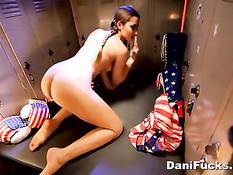 Американская девушка Dani Daniels мастурбирует киску в гардеробе
