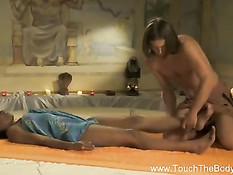 Темнокожая девка насладилась вагинальным эротическим массажем