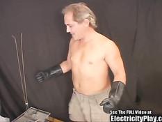 Обнажённую мулатку привязали к койке и отъебали электричеством