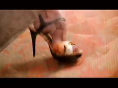 Грудастая зрелая блондинка раздевается и показывает свои ножки