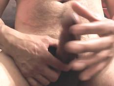 Гомосексуалист включает видеокамеру и дрочит крупным планом