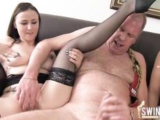 Две сексуальные немецкие женщины трахаются в клубе свингеров