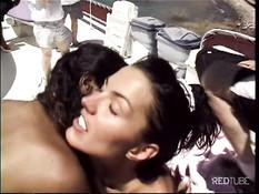 Эти молодые свингеры летом занимаются сексом на катере в море