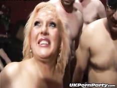 Развратные женщины отсасывают и трахаются раком в свинг клубе