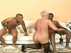 Ненасытная пожилая блондинка ебётся с двумя чёрными ребятами