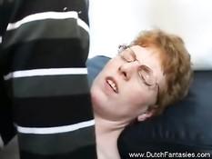 Очкастая голландская мамочка отсасывает и садится на член парня