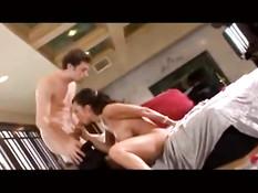 Возбуждённые порно актрисы делают парням очень глубокий минет