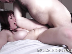 Рыжая девушка играет с большими сиськами и трахается с мужчиной