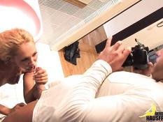 Блондиночка с большой грудью отсасывает хуй и трахается в ванной